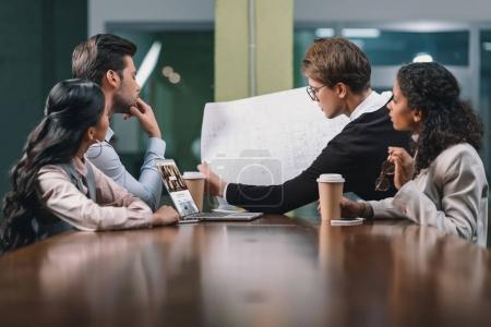 Photo pour Équipe des activités multiethnique en collaboration avec plan réunion - image libre de droit
