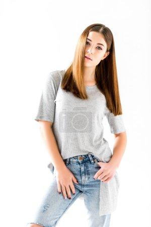 Photo pour Portrait d'une jeune songeuse en regardant la caméra, isolé sur blanc vêtements - image libre de droit