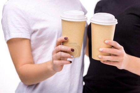 Photo pour Vue partielle de femmes occupant le café pour aller dans les mains isolés sur blanc - image libre de droit