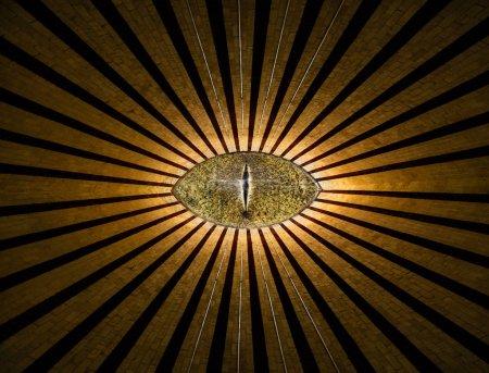 Photo pour Oeil anonyme doré tout voir avec des lignes et des lumières fond religieux abstrait - image libre de droit