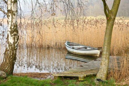 Photo pour Bateau en bois sur beau paysage de lac - image libre de droit