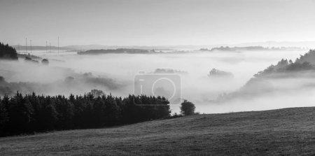 Photo pour Paysage rural brumeux le matin dans l'eifel avec ciel bleu - image libre de droit
