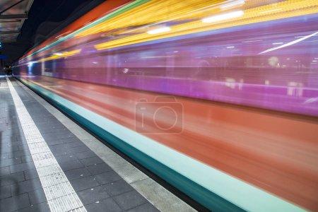 tren con velocidad en la estación de tren