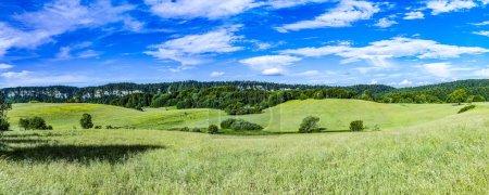 Photo pour Beau paysage pittoresque sera collines et prairies dans Le Frasnois dans la région du Jura en France - image libre de droit