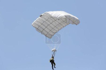 Photo pour Soldats parachutistes dans le ciel, Japon Forces d'autodéfense - image libre de droit