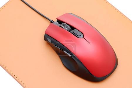 Photo pour Souris d'ordinateur et tapis de souris isolés sur fond blanc - image libre de droit