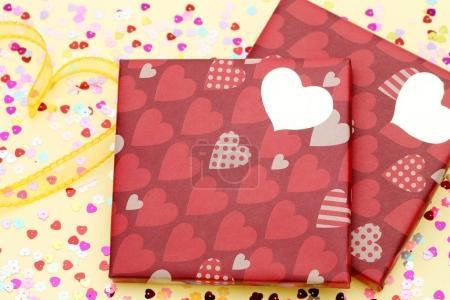 Photo pour Concept de Saint-Valentin. Cadeau avec arc sur le fond jaune - image libre de droit