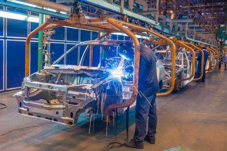 Photo pour Ligne d'assemblage de la production de la voiture. Soudage manuel. Atelier de carrosserie - image libre de droit
