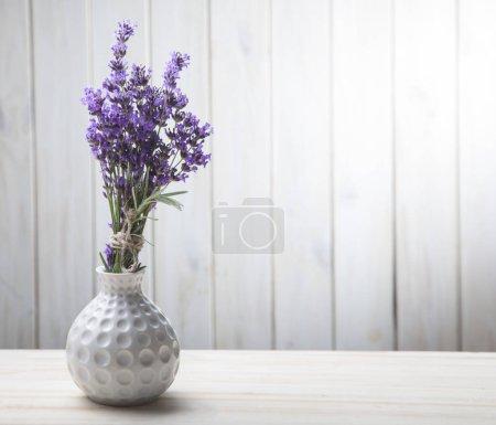 Photo pour Bouquet de lavande d'été sur fond de bois blanc. (vue de dessus) - image libre de droit