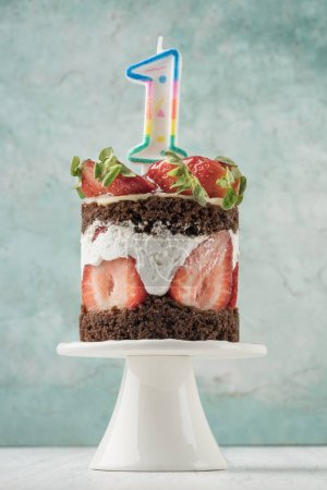 Photo pour A strawberry cake with number one shaped candle for birthday - image libre de droit