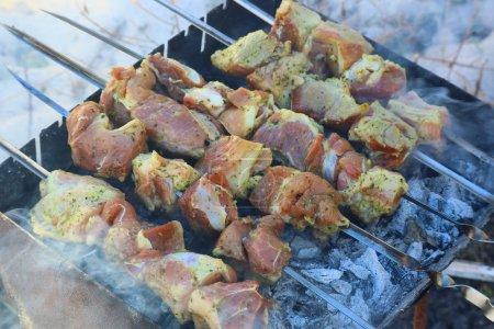 Photo pour Barbecue. viande en feu. cuisson de la viande sur le gril - image libre de droit