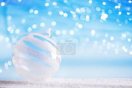 Photo pour Paillettes de boule de verre de Noël sur la plage avec fond marin - image libre de droit