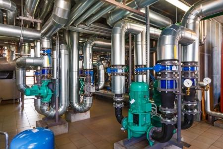 Photo pour L'intérieur d'une chaufferie à gaz moderne avec pompes, vannes, une multitude de capteurs et de barils . - image libre de droit