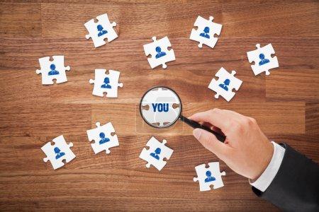 Photo pour Notion de ressources humaines - paix de puzzle. Recruteur ou chasseur de têtes vous recherchez. Concept de marketing client orienté marketing et individuel. - image libre de droit
