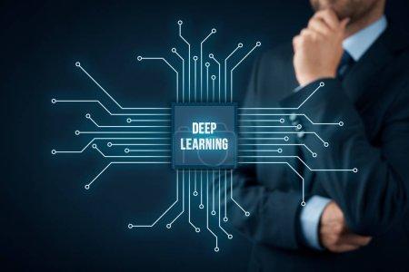 Photo pour Apprentissage structuré en profondeur, apprentissage hiérarchique ou concept d'apprentissage automatique en profondeur - méthodes d'apprentissage basées sur des représentations d'apprentissage de données. Homme d'affaires ou programmeur avec le symbole abstrait d'une puce avec le texte deep learning connecté avec des repres de données - image libre de droit