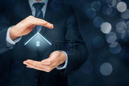 Immobilienmakler bieten Haus an