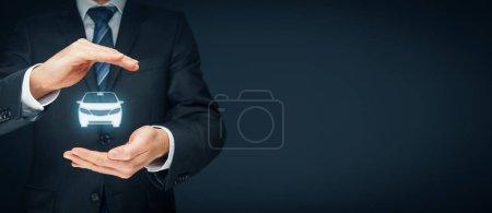 Photo pour Assurance auto (automobile) et concept de renonciation aux dommages dus aux collisions. Assureur (agent d'assurance) avec geste de protection et icône d'une voiture . - image libre de droit