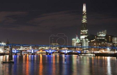 Photo pour Image de paysage sur les toits de Londres dans la nuit en regardant le long de la Tamise - image libre de droit
