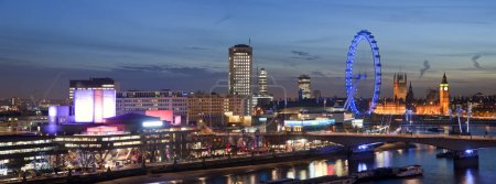 Photo pour Panorama de l'horizon de nuit de Londres avec le South Bank et le pont de Waterloo avec le Parlement - image libre de droit