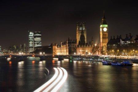 Photo pour Image de paysage de la ligne d'horizon de Londres la nuit en regardant le long de la Tamise - image libre de droit