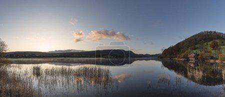 Photo pour Un lever de soleil étonnant Automne Paysage d'Ullswater dans le district des lacs avec soleil doré - image libre de droit