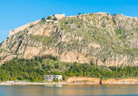 Photo pour Ancienne forteresse palamidi sur une haute colline rocheuse à Nafplio, Grèce, avec lumière vive et ciel bleu - image libre de droit