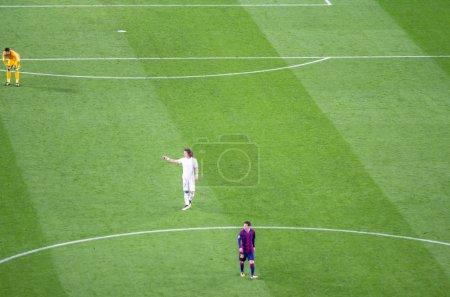 Photo pour Leo Messi du FC Barcelone et David Luiz du PSG en action lors d'un match de championnat - image libre de droit