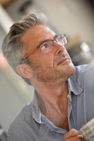 mature homme avec des lunettes sur