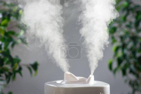 Photo pour Humidificateur à ultrasons dans la maison. Humidification. Vapor - image libre de droit