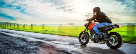 Photo pour Moto sur la route. Avoir le plaisir de conduire la route vide sur un parcours de tour de moto. fond pour votre texte individuel. - image libre de droit