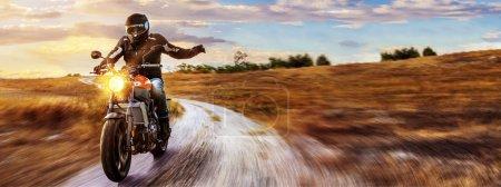 Photo pour Moto sur la route, équitation, avoir le plaisir de conduire la route vide sur un parcours de tour de moto. Fond pour votre texte individuel. - image libre de droit