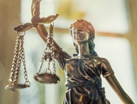 Photo pour La Statue de la Justice - Dame justice ou Iustitia / Justitia la déesse romaine de la Justice - image libre de droit