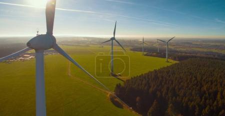 Foto de Turbinas eólicas y campos agrícolas en un día de verano - Producción de energía con energía limpia y renovable - plano aéreo - Imagen libre de derechos