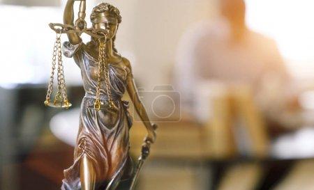 Photo pour La Statue de la Justice - Dame justice ou Iustitia / Justitia la déesse romaine de la Justice au bureau de l'avocat - image libre de droit