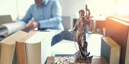Photo pour La Statue de la Justice - lady justice or Iustitia / Justitia la déesse romaine de la Justice en cabinet d'avocat - image libre de droit