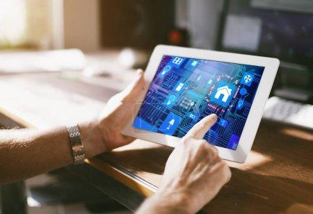 Photo pour Maison intelligente contrôle périphérique smartphone avec app icônes sur tablet pc - image libre de droit