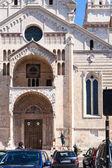 Emberek közelében Duomo katedrális Verona városában