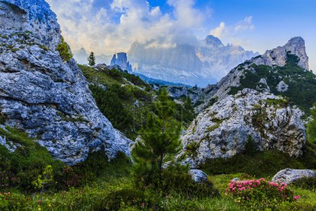 Photo pour Superbe vue coucher de soleil sur le sommet de la gamme Tofana di Rozes et Cinque Torri dans les Dolomites, Tyrol du Sud. Emplacement Cortina d'Ampezzo, Italie, Europe. Scène nuageuse dramatique. Beauté du monde des montagnes . - image libre de droit
