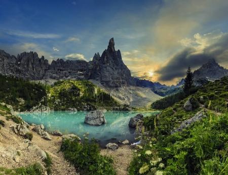 Photo pour Lago di Sorapiss avec une incroyable couleur turquoise de l'eau. Le lac de montagne dans les Alpes Dolomites. Italie - image libre de droit