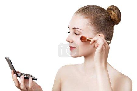 Photo pour Jeune femme tenant la palette pour contouring visage. Isolé sur fond blanc . - image libre de droit
