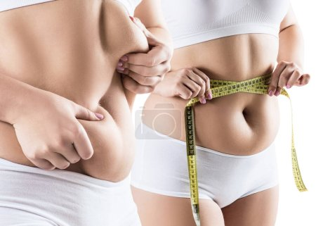 Photo pour Collage de la grosse femme tient les plis abdominaux et de mesurer sa taille isolée sur blanc . - image libre de droit