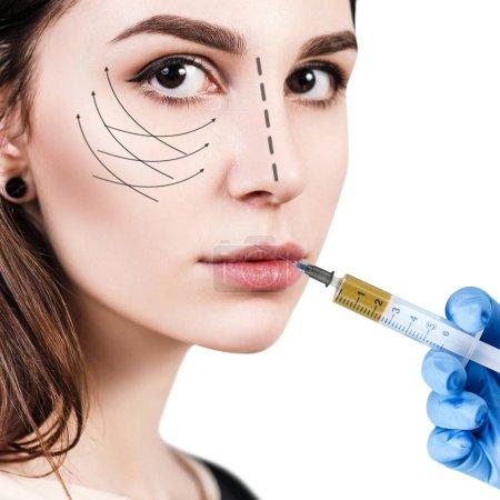 Photo pour Belle femme obtient beauté injections faciales. Face à l'injection vieillissante. Isolé sur blanc . - image libre de droit