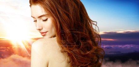 Photo pour Double exposition portrait de belle rousse femme visage et beau coucher de soleil . - image libre de droit