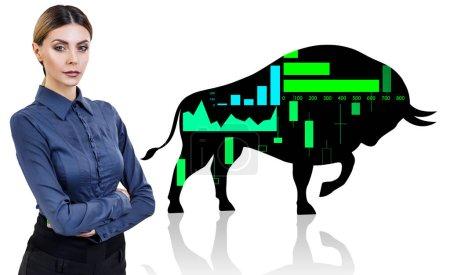 Photo pour Femme d'affaires près de grande silhouette noire taureau icône financière. Isolé sur blanc . - image libre de droit