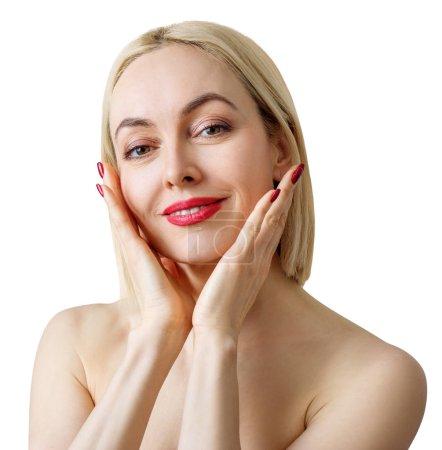 Photo pour Belle femme mûre avec une peau saine et un maquillage éclatant. Isolé sur blanc. - image libre de droit