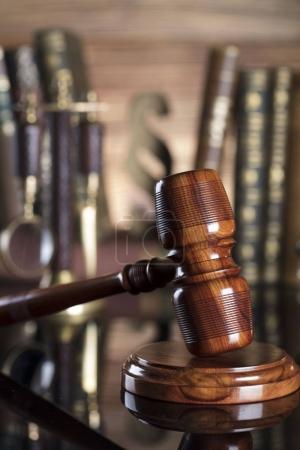 Photo pour Symboles de la Loi. Juge le marteau en bois dans la bibliothèque de la Cour. Place pour la typographie. - image libre de droit