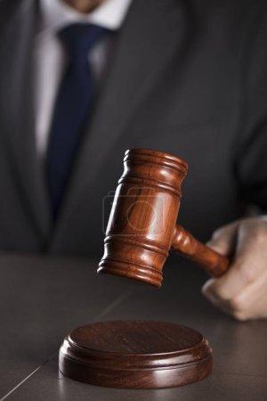 Photo pour Avocat. Bureau du conseiller juridique. Maillet en bois antique . - image libre de droit