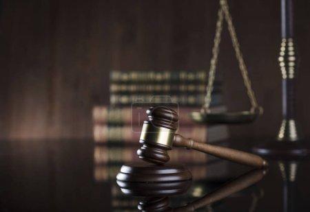 Photo pour Thème droit. Juges marteau, échelle de la justice sur fond de livre . - image libre de droit