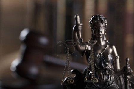 Photo pour Notion de droit et la justice. THEMIS - le symbole de la justice aveugle. - image libre de droit