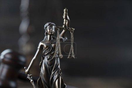Photo pour Concept de justice. Statue à thème et marteau du juge sur la table en bois rustique et le fond sombre . - image libre de droit